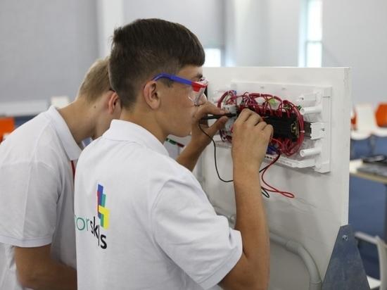 Ребята из детдома на Ставрополье имитировали работу электрика на предприятии